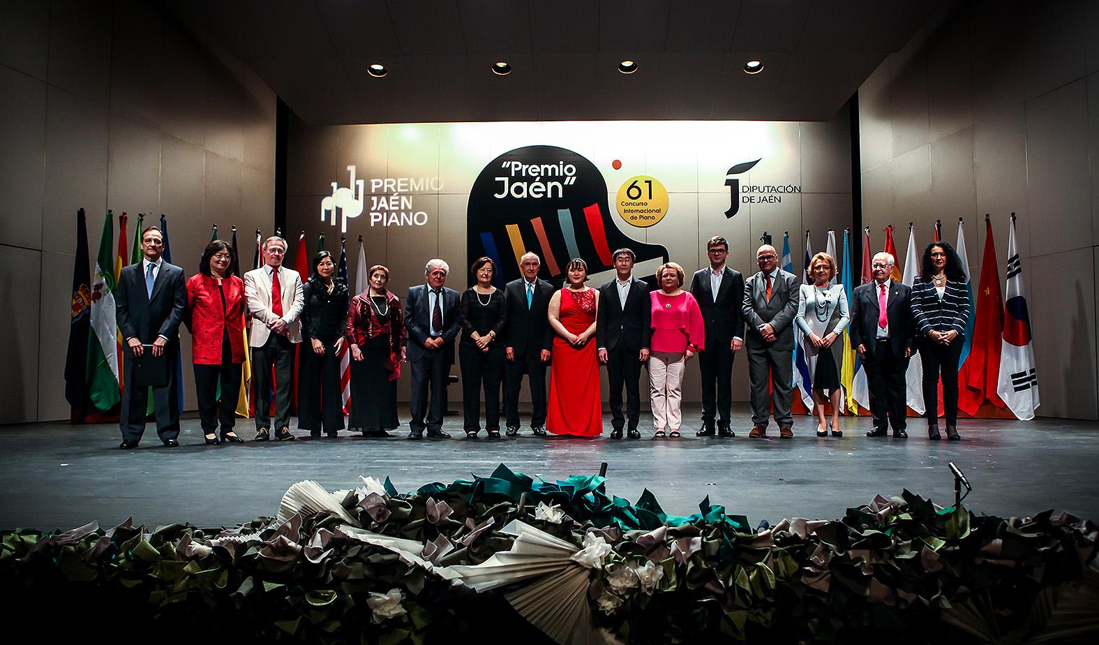 Los premiados con los miembros del Jurado y autoridades