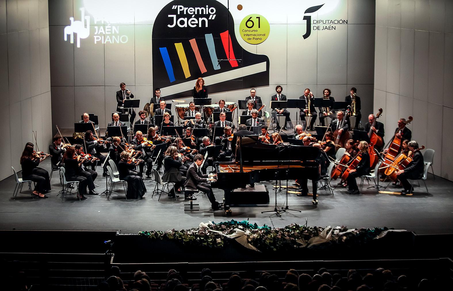 El ganador Alexander Koryakin con la Orquesta Ciudad de Granada
