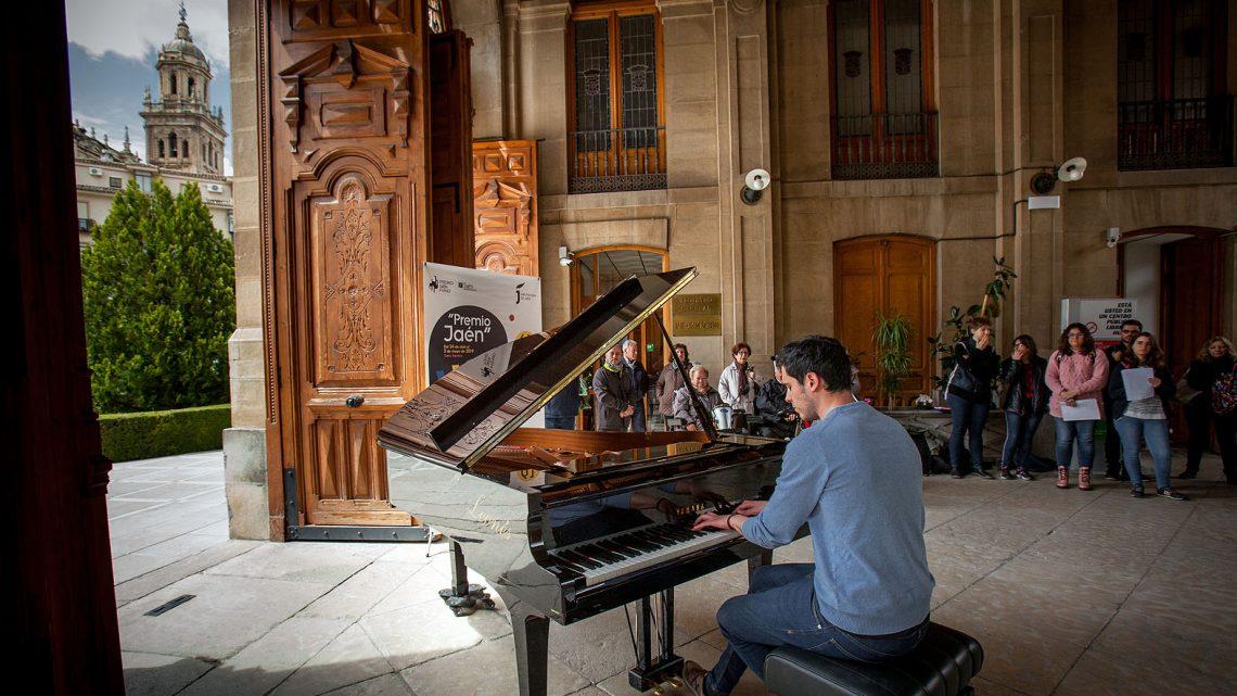 """Un concierto de piano en la calle sirve como antesala del 61º Concurso Internacional de Piano Premio """"Jaén"""" de Diputación"""