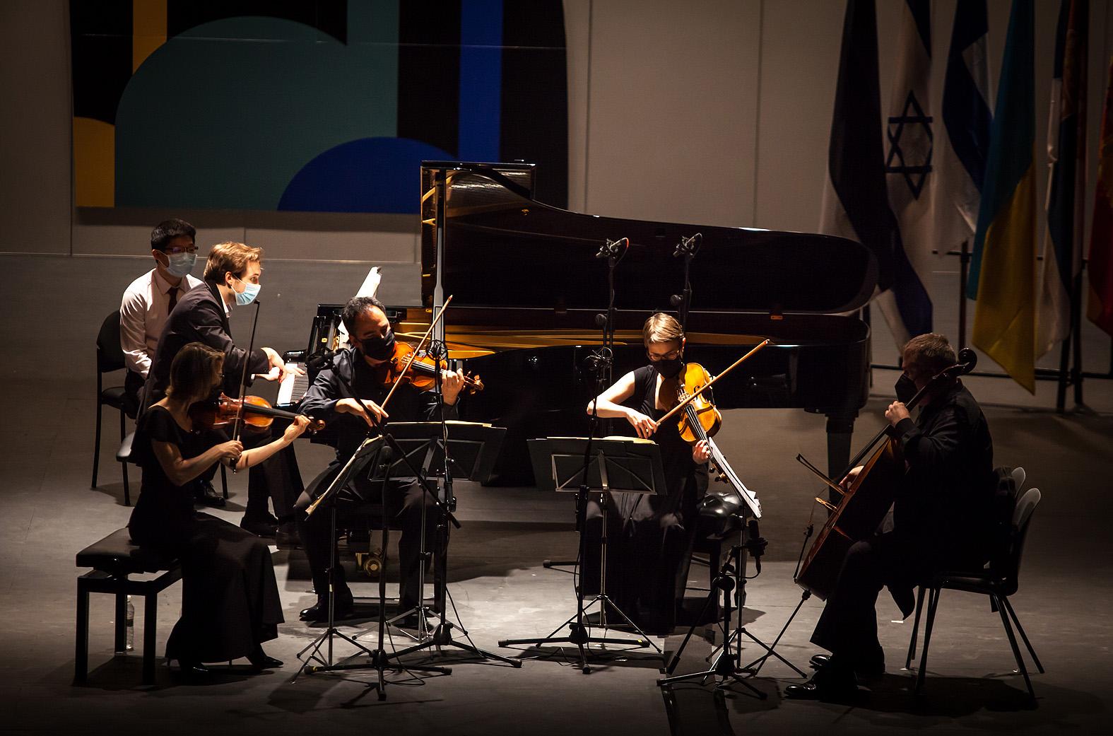 Dominic Doutney de Reino Unido con el Cuarteto Bretón