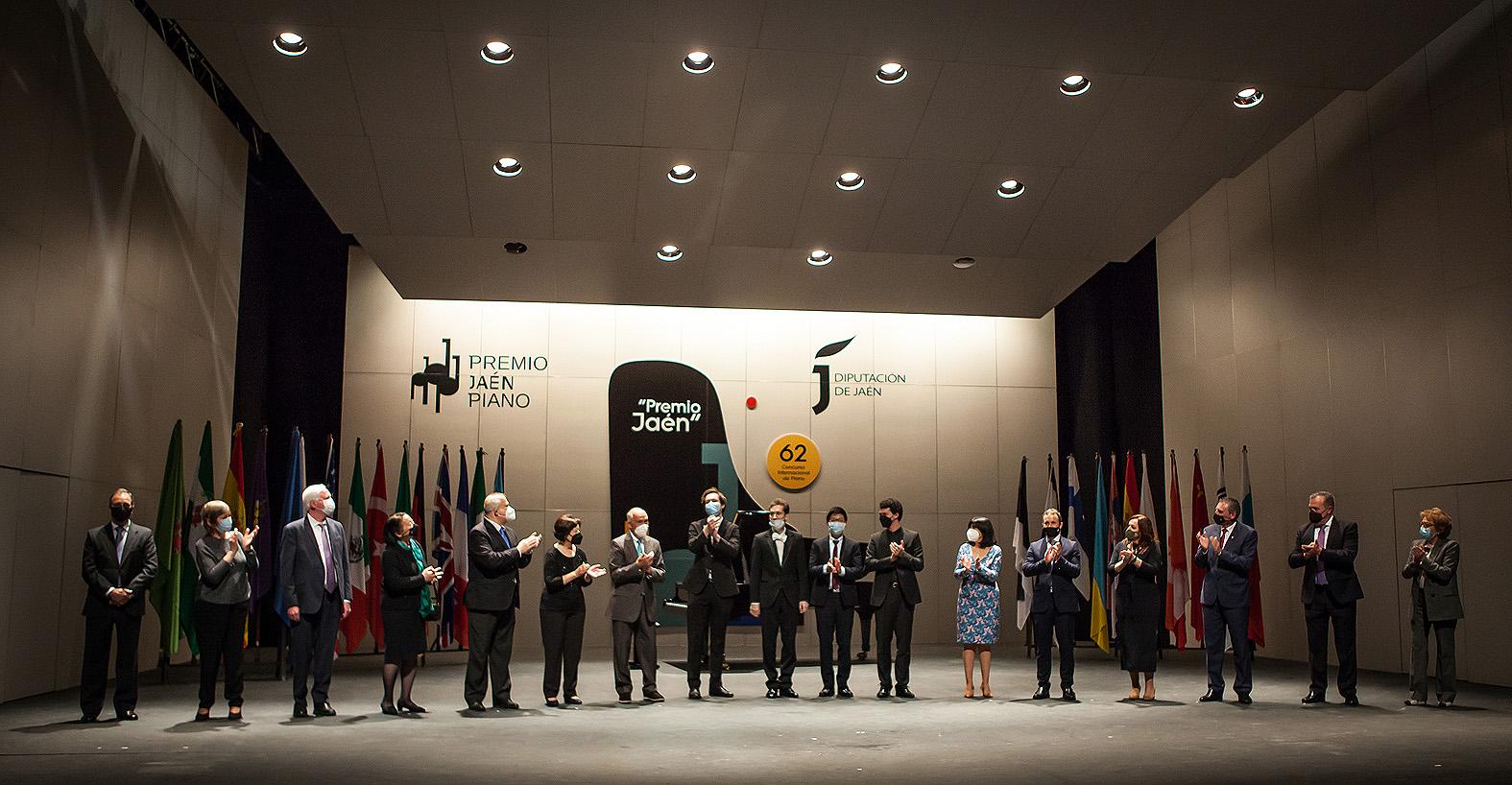 Los premiados con el jurado, autoridades y patrocinadores