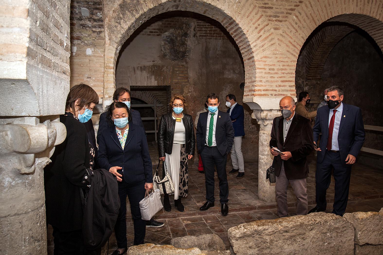 Miembros del jurado visitando los baños árabes de Jaén